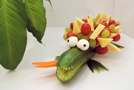Krokodil aus Gurken und Käse und Tomaten