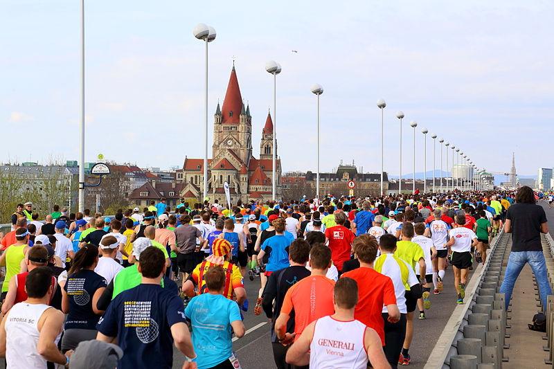 LäuferInnen die über Brücke laufen