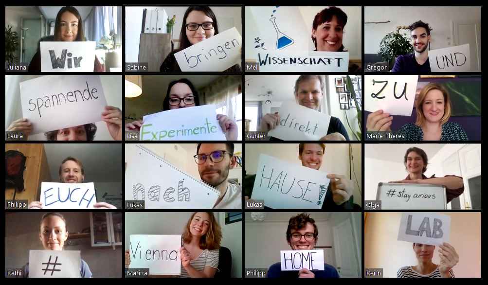 """Das Team des Vienna Open Labs hält Zettel mit Wörtern in der Hand die den Satz """"Wir bringen Wissenschaft und spannende Experimente direkt zu euch nach Hause #staycurios #ViennaHomeLab"""""""