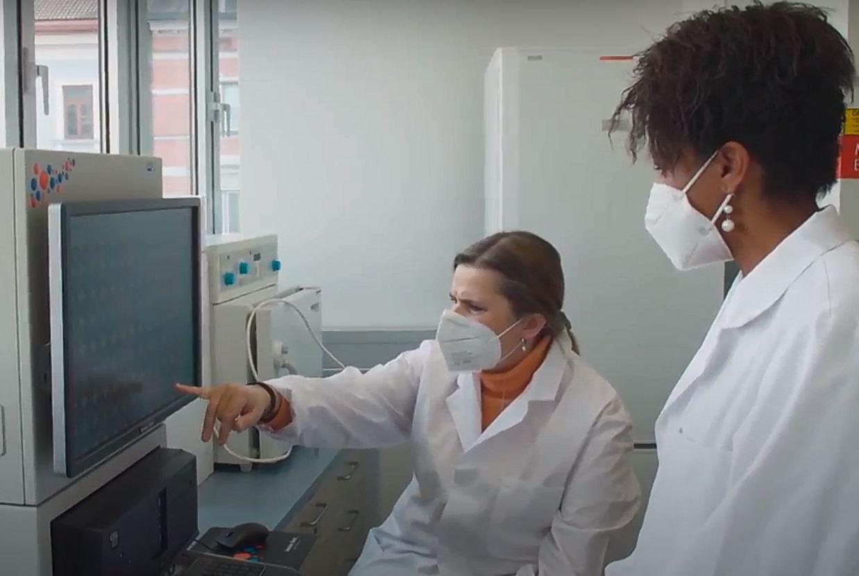 Zwei Wissenschaftlerinnen analysieren gemeinsam ihre Forschungsergebnisse im Labor.
