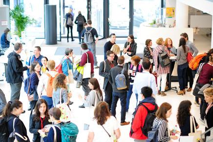 Die TeilnehmerInnen treffen sich im IMP Foyer zur Kaffeepause