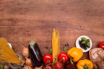 Holztisch mit Nahrungsmitteln