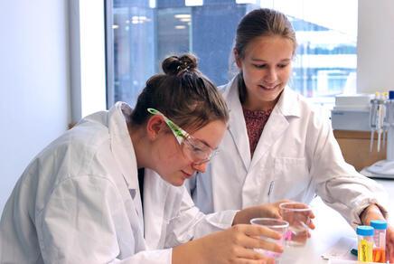 Jugendliche im Labor, die ihre eigene Fettabscheide-Anlage bauen