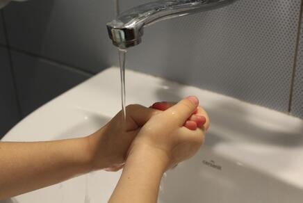 Kinderhände beim Händewaschen