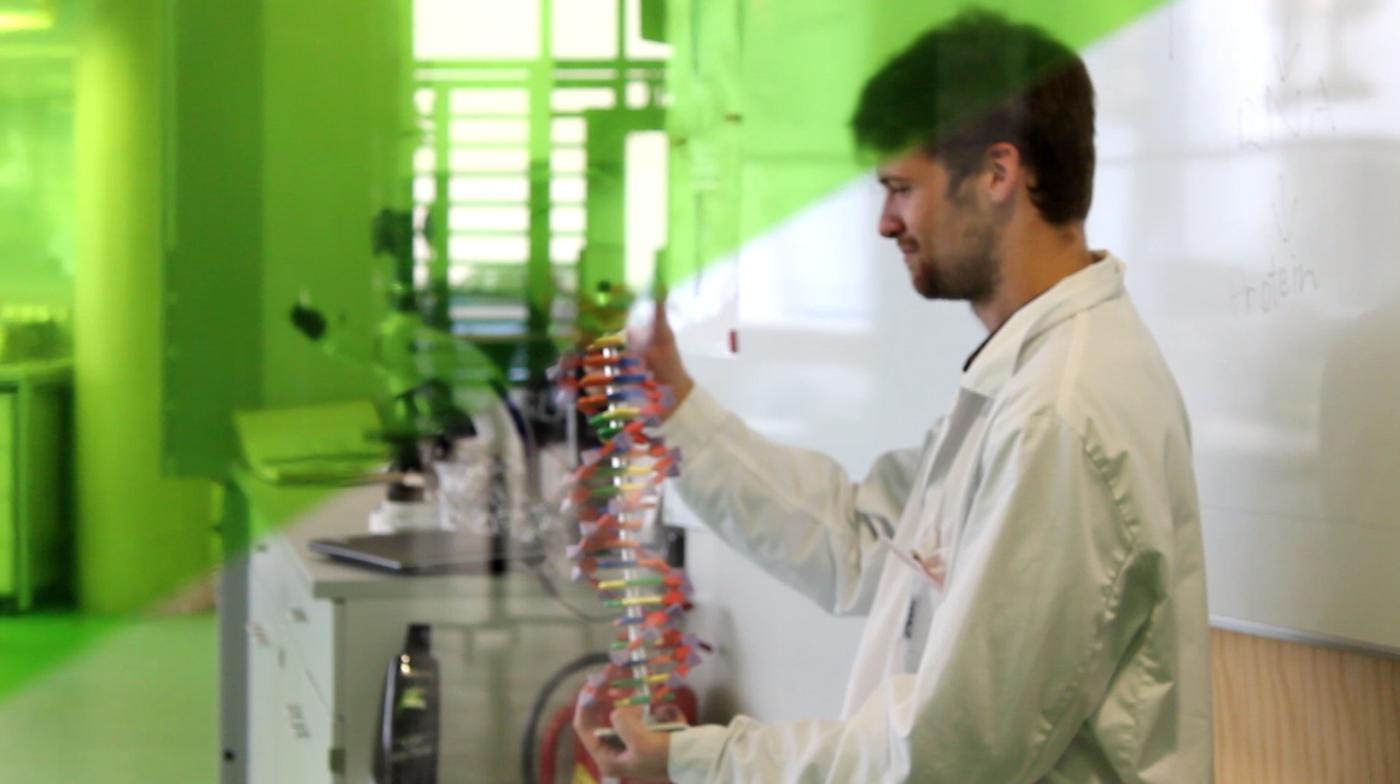 Tutor des Vienna Open Labs erklärt mit einem Modell den Aufbau der DNA