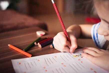 Kind, das zeichnet